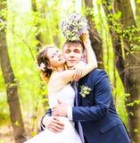 Jeunes mariés ayant un moment romantique leur jour du mariage extérieur Photo libre de droits