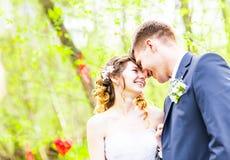 Jeunes mariés ayant un moment romantique leur jour du mariage extérieur Photo stock