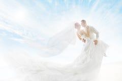 Jeunes mariés Couple Dancing, voile de robe de mariage long Images stock