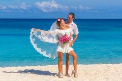 Jeunes mariés, jeune couple affectueux, leur jour du mariage, outd Photographie stock libre de droits