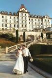 Jeunes mariés romantiques de ménages mariés descendant le hote d'escaliers Image stock
