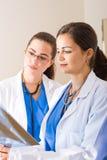 Jeunes médecins féminins Photographie stock libre de droits