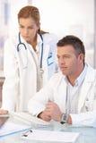 Jeunes médecins travaillant ensemble dans le bureau Images libres de droits