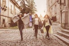 Jeunes meilleurs amis de femelles faisant des achats sur les rues filles Image stock