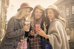 Jeunes meilleurs amis féminins faisant des achats sur les rues Image stock