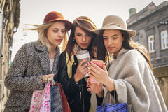 Jeunes meilleurs amis féminins faisant des achats sur les rues Photographie stock libre de droits