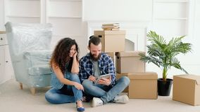 Jeunes meubles de achat de nouvelle maison de couples en ligne banque de vidéos