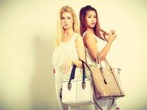 Jeunes modèles avec des sacs à main Photo libre de droits