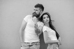 Jeunes modernes élégants de couples Les couples dans l'amour traînent ensemble le fond gris de mur Couples affectueux urbains Cou photo libre de droits