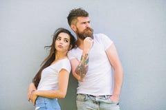 Jeunes modernes élégants de couples Les couples dans l'amour traînent ensemble le fond gris de mur Couples affectueux urbains Cou photos stock