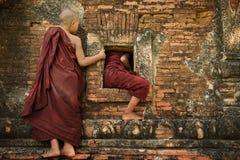 Jeunes moines espiègles de novice Photographie stock libre de droits