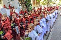 Jeunes moines priant pour l'aumône image stock