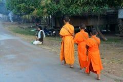 Jeunes moines rassemblant l'aumône image libre de droits