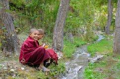 Jeunes moines tibétains images libres de droits