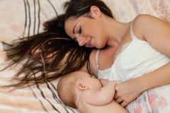 Jeunes momie et chéri. Photographie stock libre de droits