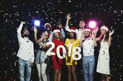 Jeunes multi-ethniques avec les nombres en bois 2018 Photos stock
