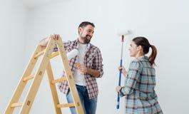 Jeunes murs de peinture de couples Photos stock