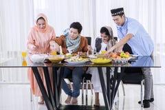 Jeunes musulmans mangeant dans la salle à manger photos stock