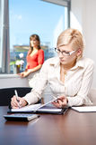 Jeunes notes d'écriture de femme d'affaires image stock