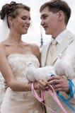 Jeunes nouveaux mariés Photographie stock libre de droits