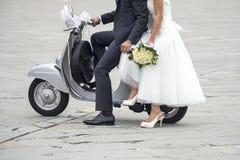 Jeunes nouveaux mariés photos stock