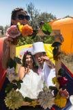 Jeunes nouveaux mariés appréciant le moment romantique ensemble Photo stock