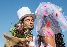Jeunes nouveaux mariés appréciant le moment romantique ensemble Photo libre de droits
