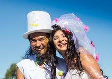 Jeunes nouveaux mariés appréciant le moment romantique ensemble Images libres de droits