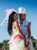 Jeunes nouveaux mariés appréciant le moment romantique ensemble Images stock