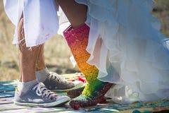 Jeunes nouveaux mariés appréciant le moment romantique ensemble Photos stock