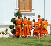 Jeunes novices jouant au monastère en Chiang Mai, Thaïlande Photographie stock libre de droits
