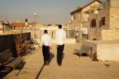 Jeunes observateurs juifs dedans dans les calottes, vieux Jérusalem 2018 photo stock