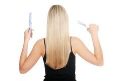 Jeunes outils blonds de femme et de coiffeur   images stock