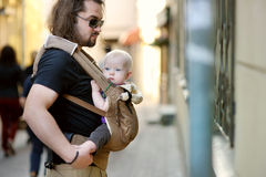 Jeunes père et bébé dans un transporteur de bébé Photos libres de droits