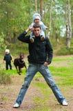 Jeunes père et enfants Photo stock