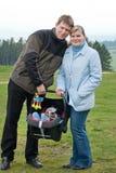 Jeunes père et mère avec la chéri dans le siège de véhicule Photos libres de droits