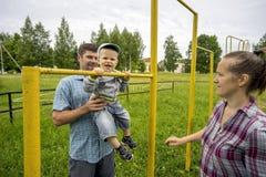 Jeunes père et mère avec son fils 1 3 ans au vieux stade dans le village Images stock