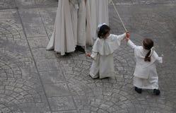 Jeunes pénitents jouant devant cortège pendant la semaine sainte de Pâques en Majorque Photos libres de droits