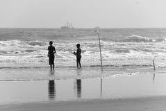 Jeunes pêcheurs de vague déferlante Photographie stock libre de droits
