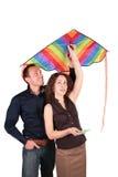 Jeunes paires avec le cerf-volant Images stock
