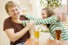 Jeunes paires dans un café Photo stock
