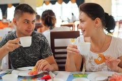 Jeunes paires en café images stock