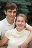 Jeunes paires extérieures en été Photos libres de droits