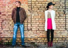 Jeunes paires peu communes d'amour de personnes au printemps Photographie stock