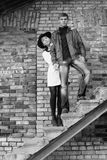 Jeunes paires peu communes d'amour de personnes noires et blanches Photo libre de droits