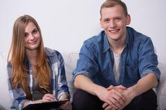Jeunes paires satisfaites changeant à plat Images libres de droits