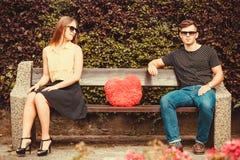 Jeunes paires se reposant sur le banc Photo stock