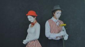 Jeunes pantomimes avec la fleur Image stock