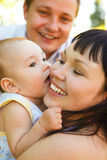 Jeunes parents avec la chéri image stock