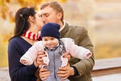 Jeunes parents avec la petite fille Images libres de droits